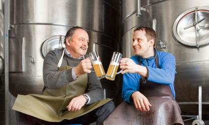 Vader en zoon met bier