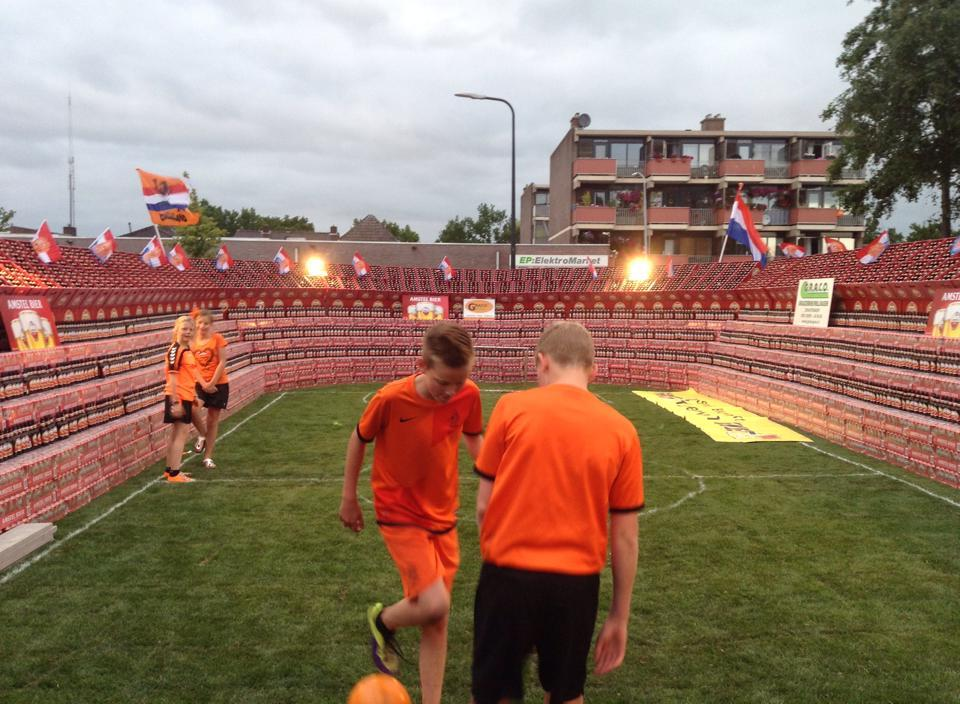 Voetbalstadion van volle bierkratten ter ere van wk - Gordijnhuis van de wereld ...