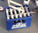 Een krat met 24 bierflesjes in een keer openen