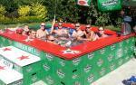 Zwembad van Heineken kratjes