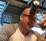 Bier inschenken met je voorhoofd