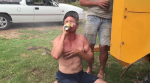 man drinkt bier terwijl de wind waait