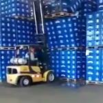 Vorkheftruck laat bier vallen