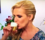Lucille giet bier naar binnen
