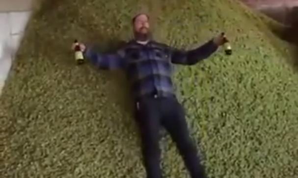 Voetballer drinkt bier tijdens wedstrijd