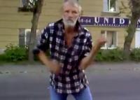 Dronken en dansende man