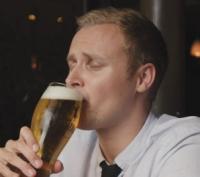 Kozel bier drinken