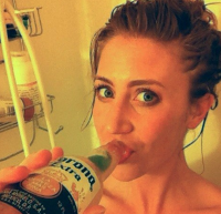 Meisje drinkt bier onder de douche