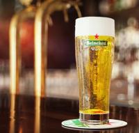 Heineken in een glas op de bar