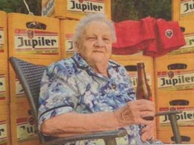 Jupiler drinkende vrouw van 90 jaar