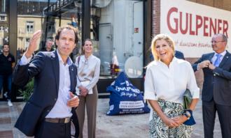 Jan Paul Rutten van Gulpener en koningin maxima bij de brouwerij in Gulpen
