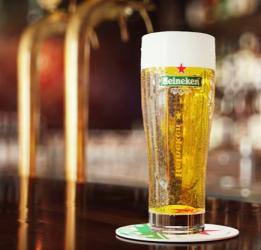 Heineken glas op de bar