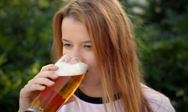 Meisje drinkt spuiten